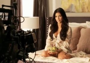 Kim Kardashian Invite To Carl Jr Salad Lunch Date-Candid Photoshoot_bellapetite.com